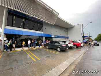 Agências bancárias de Manaus acumulam filas para saque de auxílio emergencial liberado nesta quinta-feira - G1