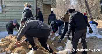 Coronavirus: Winnipeggers sandbag elderly couple's property while maintaining distancing