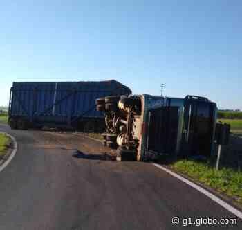 Motorista fica ferido ao tombar carreta carregada com cana em Borborema - G1