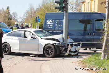 Unfall in Coswig: BMW kracht gegen Ampel - TAG24