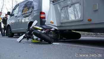 Unfall Grabenstetten Lenningen: Motorradfahrer rutscht unter Wohnwagen auf der Grabenstetter Steige - SWP