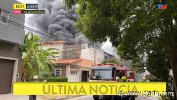 Video: Incendio de una fábrica en Villa Martelli - 25/03/2020 - Clarín.com