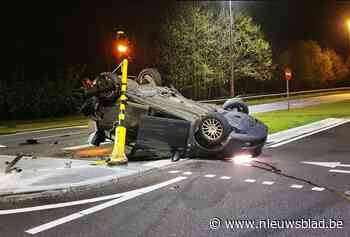 Wagen met kogels of kogelhulzen crasht op rotonde in Opglabbeek