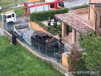 POLVERIGI / Incendio in una villetta, due auto distrutte dalle fiamme (video) - QDM Notizie