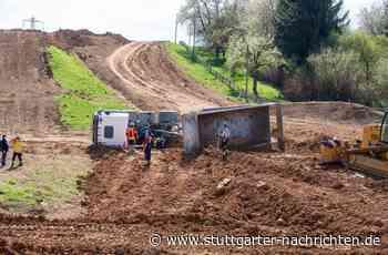 Unfall in Holzgerlingen - Laster kippt auf Motocross-Strecke um - Stuttgarter Nachrichten