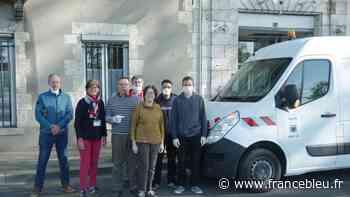 Des agents communaux et élus municipaux de Saint-Ay livrent du gel hydro alcoolique dans tout le Loiret - France Bleu