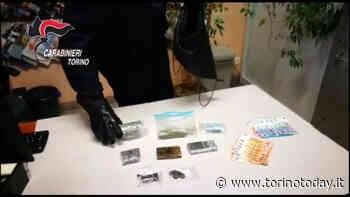 Calare la droga dal balcone dentro una sacca, il trucco bizzarro di due spacciatori: arrestati - TorinoToday