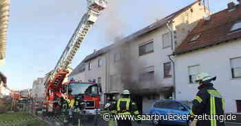 Feuer in Eppelborn: Feuerwehr löscht Garagen-Brand in Bubach-Calmesweiler - Saarbrücker Zeitung