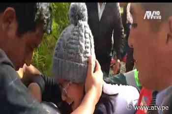 Mamá de Camila rompe en llanto durante entierro y es apartada del cajón de su hija - ATV.pe