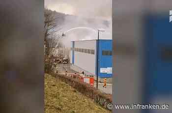 Großbrand bei Tettau: Lagerhalle brennt - Rauchwolke weit sichtbar - inFranken.de