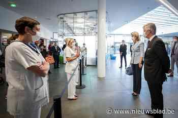 Koning Filip en koningin Mathilde bezoeken ziekenhuis in Luik waar 500 Covid-19-patiënten behandeld werden - Het Nieuwsblad