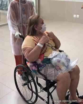 Vídeo: idosa recuperada da Covid-19 tem alta de hospital em Quixeramobim e sai aplaudida - O POVO