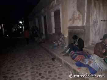 Adultos mayores pasan la noche en fila para cobrar bonos en Tarabuco - Correo del Sur