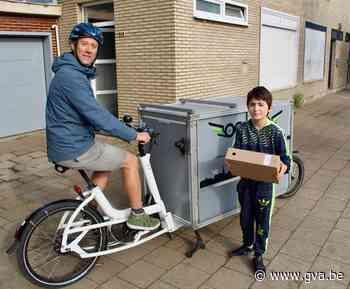 """Fietskoerier maalt kilometers om schoolboeken aan huis te brengen: """"Doe de groeten aan onze leerkracht"""" - Gazet van Antwerpen"""