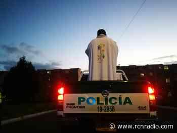 En Funza, sacerdote lleva su misa a la calle en medio de la cuarentena - RCN Radio