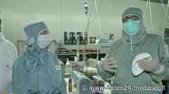 Coronavirus, azienda a Gorgonzola (MI) converte la produzione di tute spaziali in mascherine - Tgcom24 - TGCOM