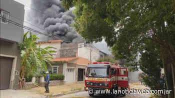 Voraz incendio en una fábrica de Villa Martelli - lanoticiaweb.com.ar