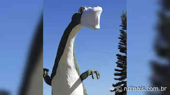 Dinossauro de máscara alerta para prevenção à Covid-19 em Tijucas - ND - Notícias