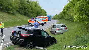 Unfall B28 bei Dettingen: Drei Autos kollidieren, Fahrer eingeklemmt - Bundesstraße gesperrt - SWP
