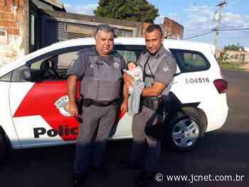 PM salva recém-nascida após ela engasgar com leite em Agudos - JCNET - Jornal da Cidade de Bauru