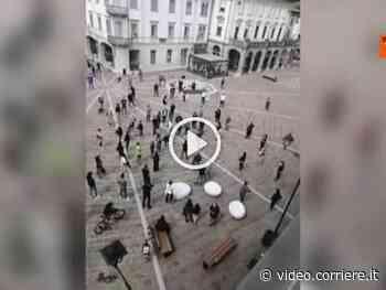 La protesta in piazza dei negozianti di Tolmezzo in Friuli-Venezia Giulia - Corriere TV