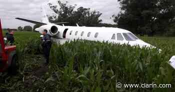 Un avión ejecutivo aterrizó de emergencia en un maizal: todos los pasajeros ilesos - Clarín