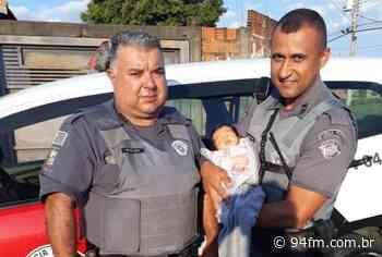 PMs salvam recém-nascida engasgada com leite em Agudos - 94fm.com.br