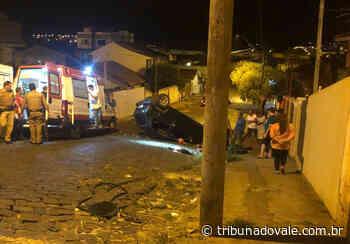 Carro capota na área central de Siqueira Campos - Tribuna do Vale
