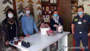 Maiolati Spontini: incorniciano immagini sacre da donare ai cittadini in difficoltà - Vivere Jesi