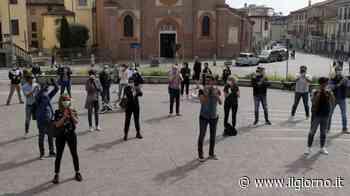 """Coronavirus, parrucchieri in piazza a Melegnano: """"Tolti i diritti, decadono i doveri"""" - IL GIORNO"""