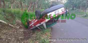 Abandonan vehículo volcado en Catemaco - Diario Eyipantla