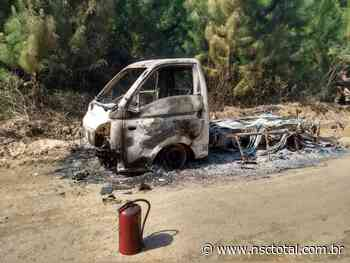 Pessoa morre carbonizada após veículo pegar fogo em Araquari | NSC Total - NSC Total