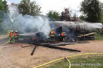 Holzstapel geht in Karlsbad in Flammen auf: Feuerwehr verhindert Übergreifen auf Düngemitteltank - Region - Pforzheimer Zeitung