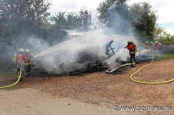 Holzstapel geht in Karlsbad in Flammen auf - Bildergalerien - Pforzheimer Zeitung
