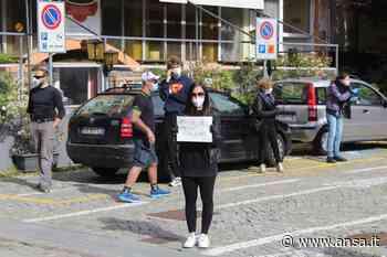 Fase 2: partite Iva 'a lutto', flash mob a Saint-Vincent - Valle d'Aosta - Agenzia ANSA