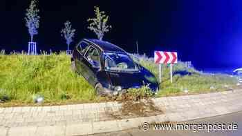 Polizei und Feuerwehr in Berlin: Alkoholisierter Fahrer verunglückt - Berliner Morgenpost