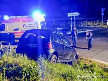 Unfall: Twingo-Fahrer fliegt in Wandlitz über Kreisverkehr - Märkische Onlinezeitung