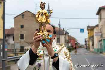 TRICERRO, ECHI DEL TEMPO PASQUALE - Don Patrizio accompagna San Rocco per le vie del paese - Il Santo che sconfisse la peste, non abbandona mai il suo popolo - La Reliquia in processione - vercellioggi.it/