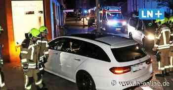 Einsturzgefahr befürchtet - Kontrollverlust: Autofahrer rast in Geesthacht in Hausfassade - Lübecker Nachrichten