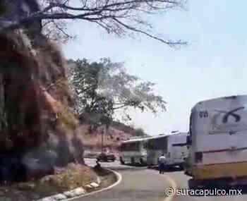 Bloquean totalmente la carretera por orden del Ayuntamiento de Arcelia ante la cuarentena - El Sur de Acapulco