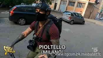 Pioltello, Brumotti aggredito coi sassi dagli spacciatori ma dai balconi le famiglie lo applaudono - Tgcom24 - TGCOM