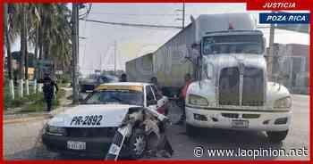 Taxi destrozado en el bulevar Adolfo Ruiz Cortines, en Poza Rica - La Opinión