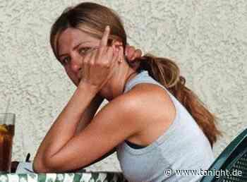 Wem zeigt Jennifer Aniston hier den Mittelfinger? - Tonight News