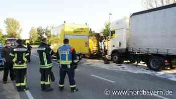 Anhänger prallt auf B13 in Lkw: 1000 Liter Diesel laufen aus - Nordbayern.de