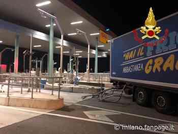 Incidente sulla tangenziale a Melegnano: tir sbanda e si schianta contro il casello - Milano Fanpage.it