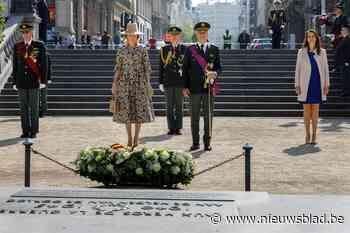 Koning Filip, koningin Mathilde en premier Wilmès herdenken einde van Tweede Wereldoorlog aan graf van Onbekende Soldaat - Het Nieuwsblad