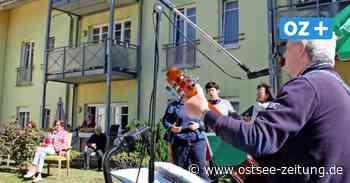 Mit Musik gegen Corona: Entertainer Bubi Hass unterhält Senioren in Binz - Ostsee Zeitung