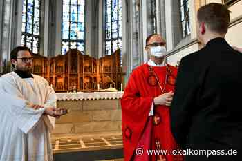 Weihbischof Rolf Lohmann spendet das Sakrament in Weeze: Firmung mit Mundschutz - Weeze - Lokalkompass.de