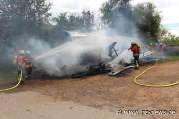 Holzstapel geht in Karlsbad in Flammen auf - Bildergalerien - Pforzheimer-Zeitung - Pforzheimer Zeitung