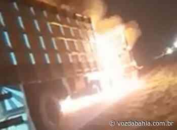 Brumado: Caminhão boiadeiro pega fogo na BA-148 - Voz da Bahia